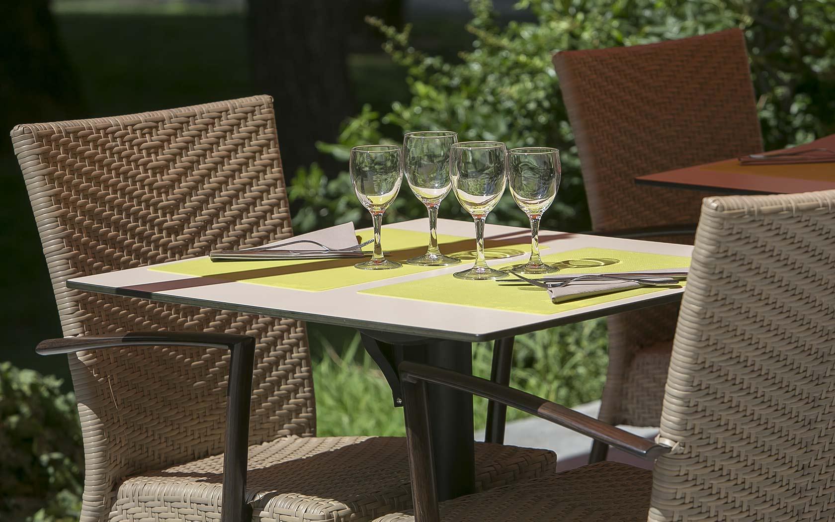 hotel-des-thermes-dejeuner-terrasse-soleil
