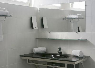 hotel-des-thermes-chambre-familiale-pmr-sdb